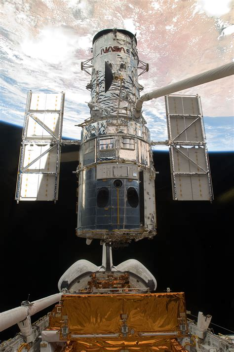 SM4: Hubble Space Telescope just before astronauts